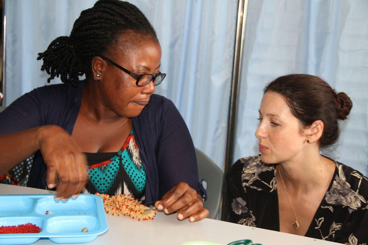 Caitriona Balfe e uma das mães que fazem os colares e pulseiras de contas, em Gana.