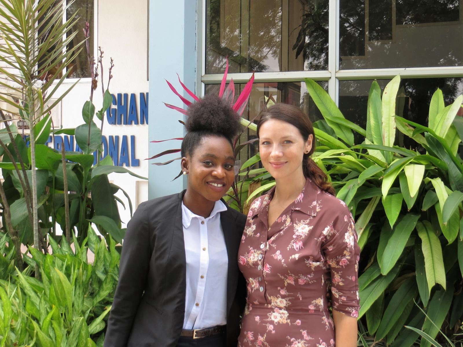 Caitriona Balfe ao lado de uma das sobreviventes de câncer, tratada pela WCC, em Gana.