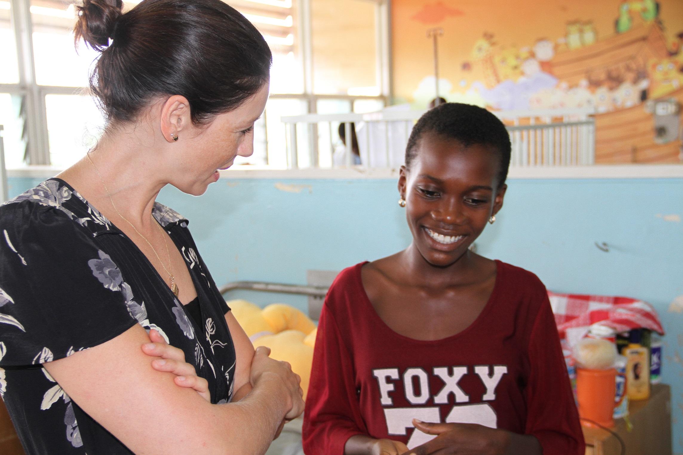 Caitriona Balfe visitando as instalações que a WCC ajuda, em Gana.